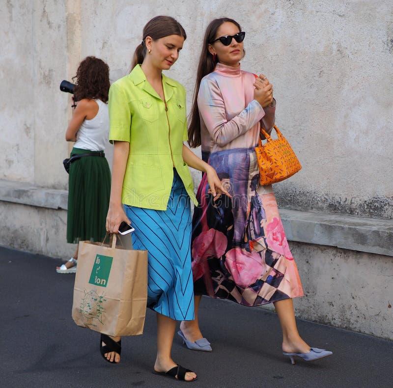 МИЛАН, Италия 20-ОЕ СЕНТЯБРЯ: Фотографы обмундирования стиля улицы женщин стоковая фотография rf