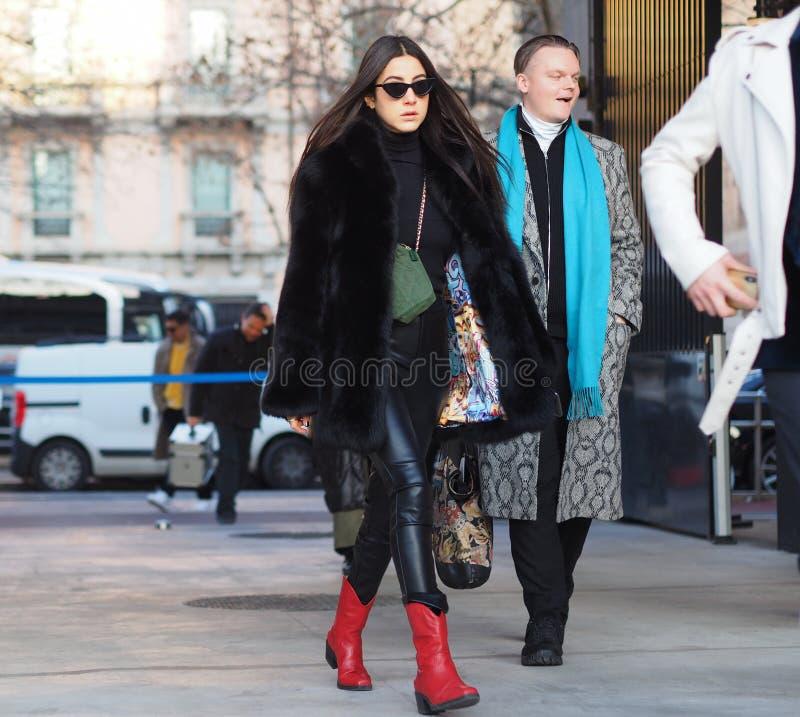 МИЛАН, Италия 12-ое января 2019: Обмундирования стиля улицы во время MFW стоковые фотографии rf