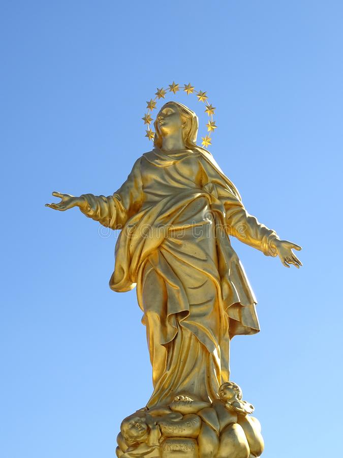 Милан, Италия Статуя золотого Madonna стоковые изображения rf
