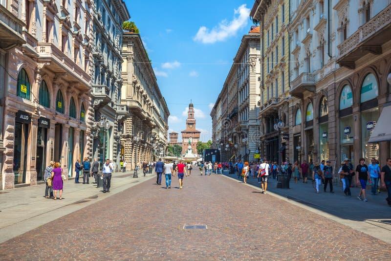 Милан, Италия - 25 06 2018: Через улицу Dante в центре  стоковые фотографии rf
