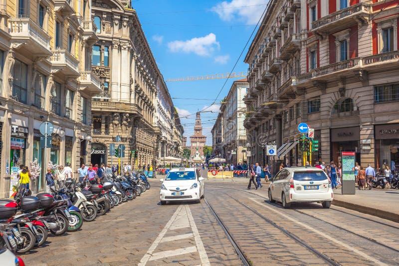 Милан, Италия - 25 06 2018: Через улицу Dante в центре  стоковые изображения rf