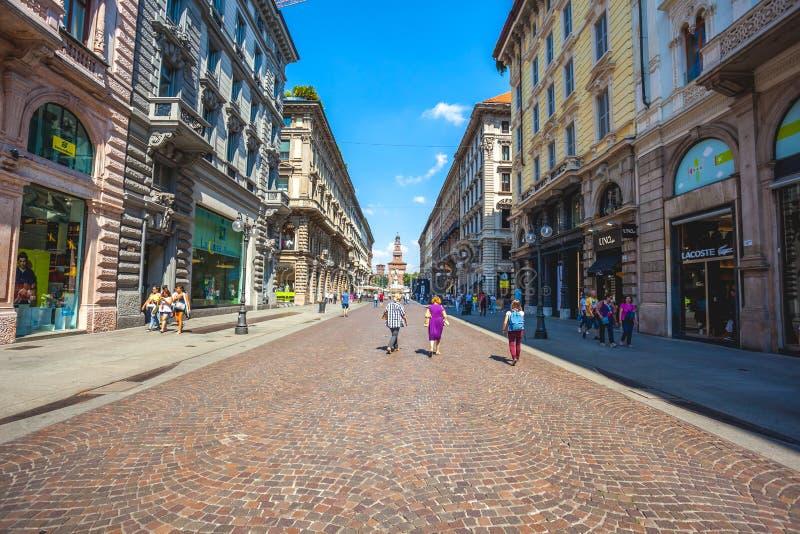 Милан, Италия - 25 06 2018: Через улицу Dante в центре  стоковое изображение
