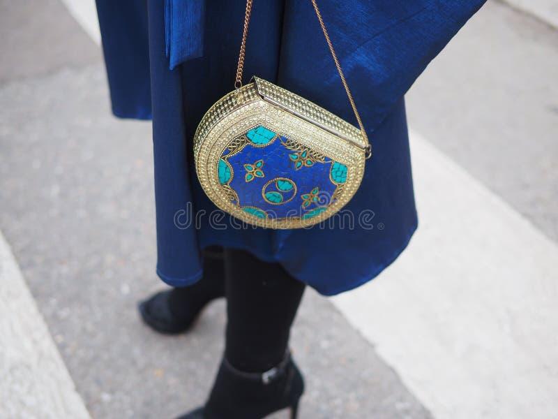 МИЛАН, Италия: 23-ье февраля 2019: Обмундирование стиля улицы блоггера моды стоковые фото