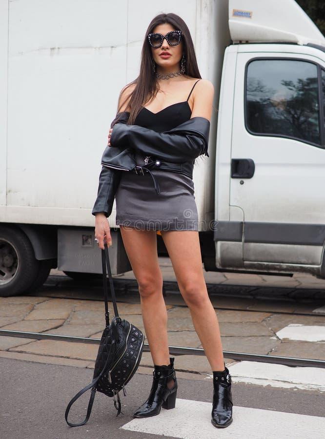 МИЛАН, Италия: 23-ье февраля 2019: Обмундирование стиля улицы Сара Fasano блоггера моды стоковая фотография