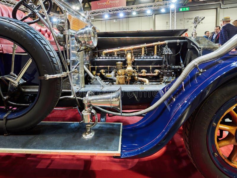 Милан, Ломбардия Италия - 23-ье ноября 2018 - дисплей 1911 мотора путешественника des Belges Rois призрака Rolls Royce серебряный стоковые изображения rf