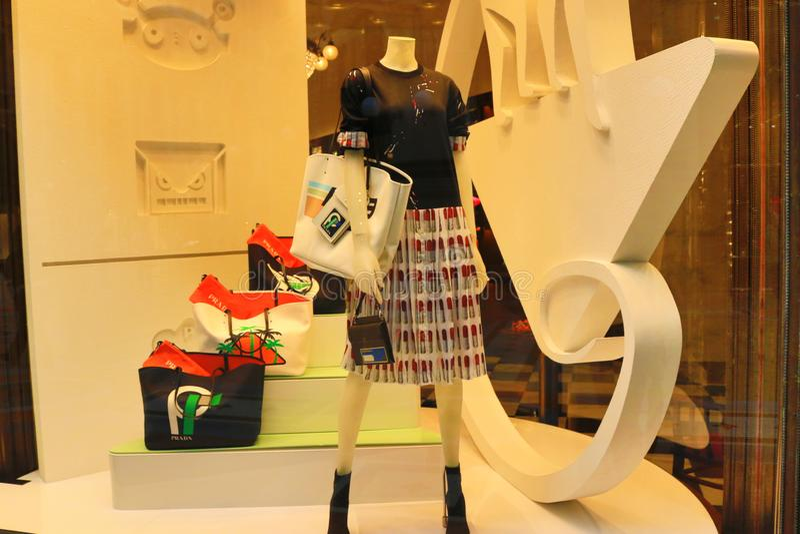 Милан окна магазина одежды Vittorio Emanuele II Galleria роскошный стоковые фотографии rf