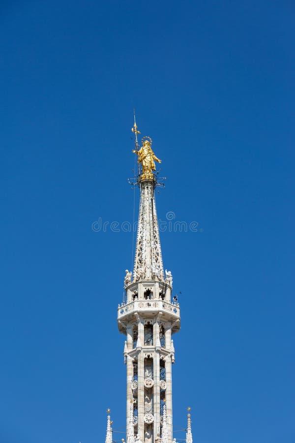 Милан, статуя Madonnina собора Duomo Италия Ломбардия стоковые фотографии rf