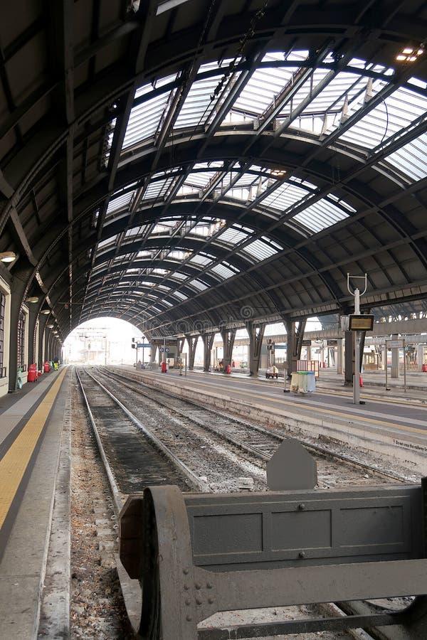 Милан, центральный вокзал 12/22/2016 Следы 1 и 2 без поезда стоковые фото