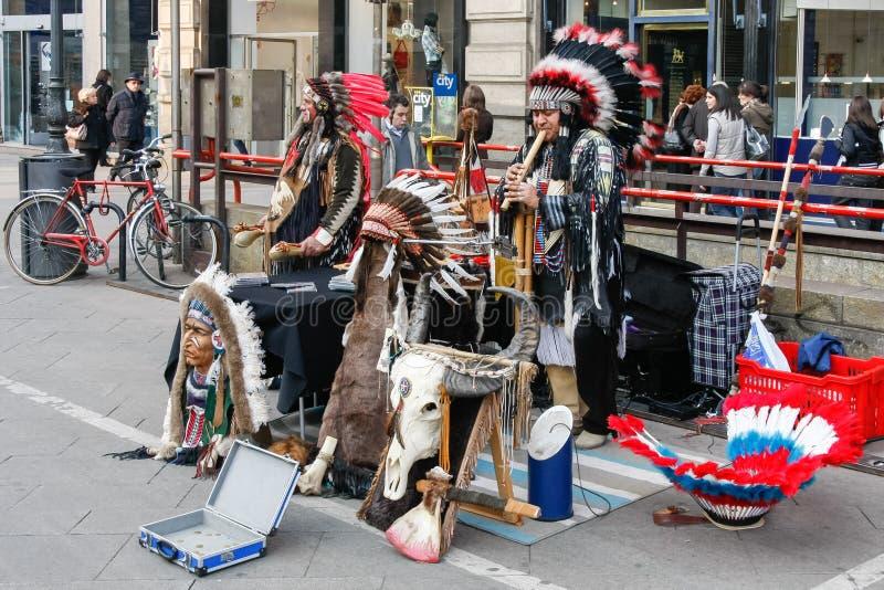 МИЛАН, LOMBARDY/ITALY - 23-ЬЕ ФЕВРАЛЯ: Buskers одетые как Америка стоковая фотография rf