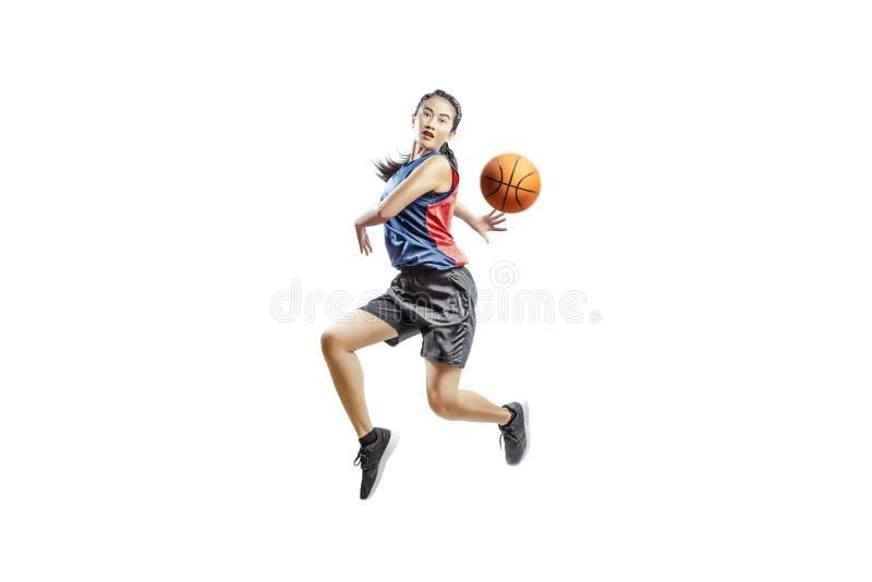 Милая азиатская женщина играя баскетбол стоковое изображение rf