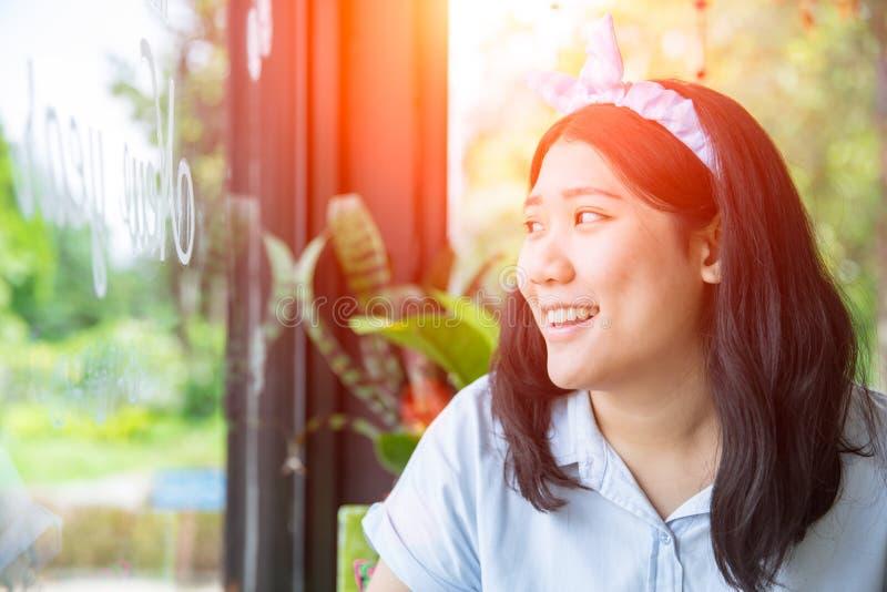 Милая азиатская пухлая толстенькая тучная улыбка подростка стоковая фотография rf