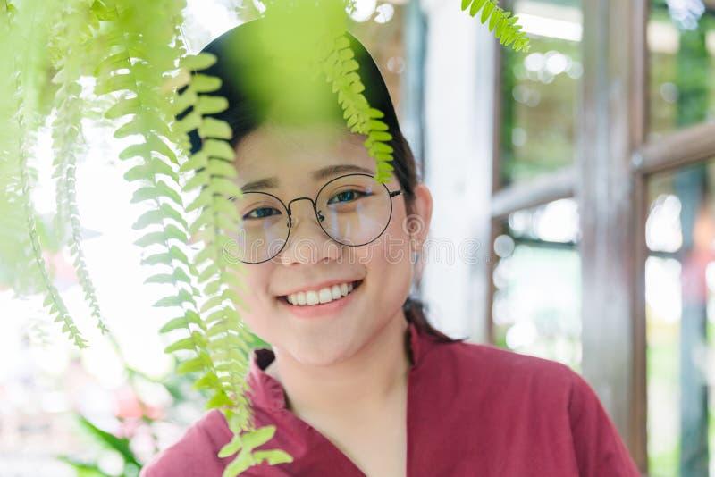 Милая азиатская тучная предназначенная для подростков улыбка с выражением стекел счастливым стоковая фотография rf