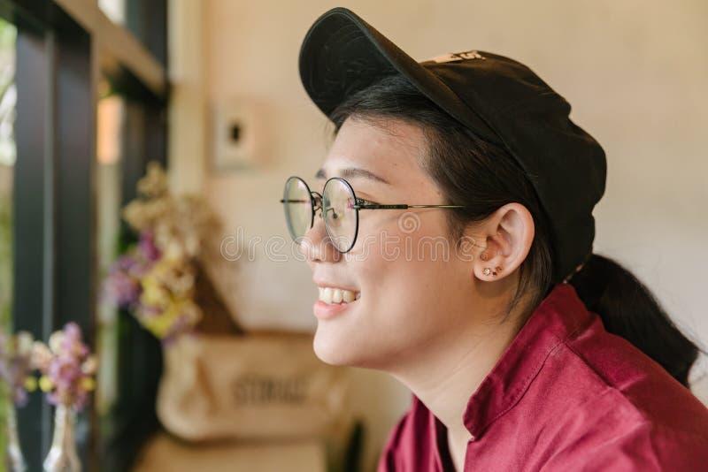 Милая азиатская тучная предназначенная для подростков улыбка с усмехаться стекел стоковые фото