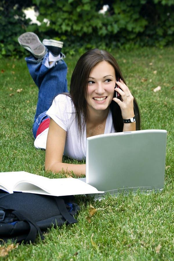 милая вниз трава девушки кладя изучать предназначенный для подростков стоковые изображения rf