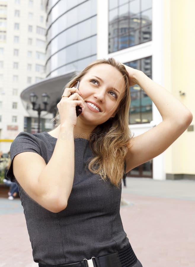 милая говоря женщина телефона стоковое фото