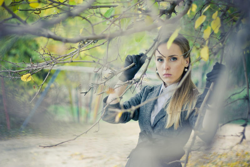 Милая девушка в парке стоковые изображения rf