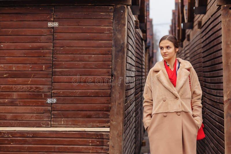 Милая, милая девушка в стильном костюме идет вокруг города и представлений стоковые изображения
