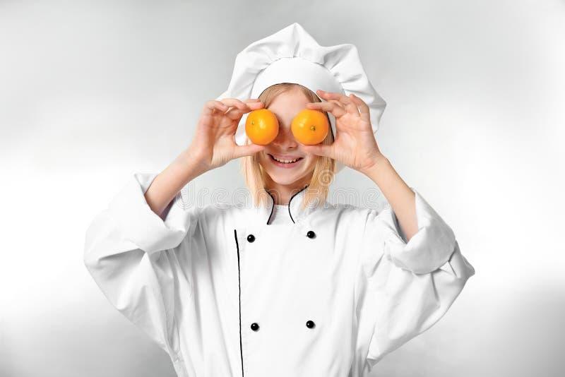 Милая девушка в форме шеф-повара стоковые фотографии rf