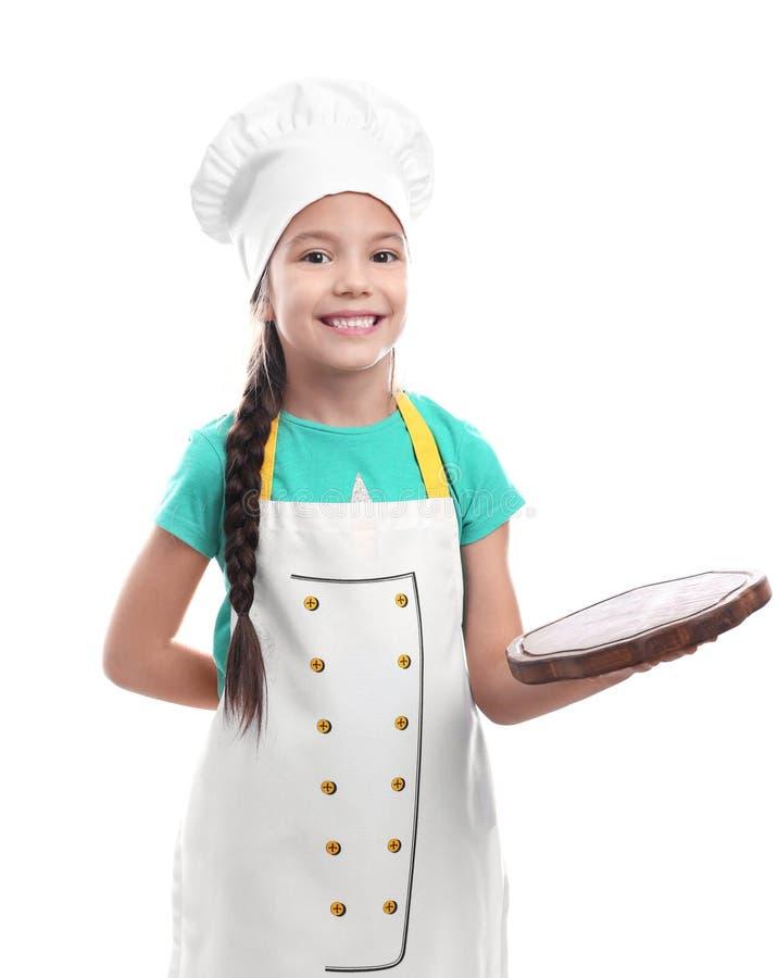 Милая девушка в шляпе шеф-повара при изолированная доска, стоковое изображение rf