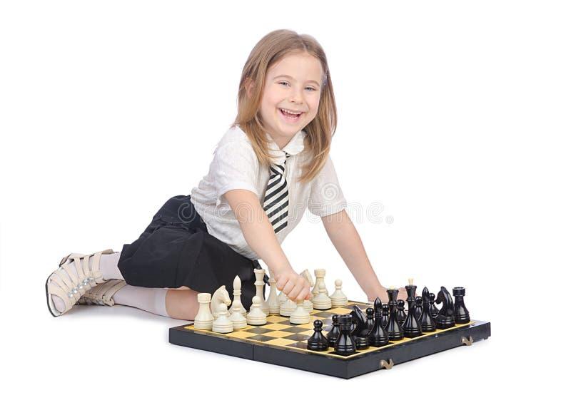 Милая девушка играя шахмат стоковые изображения