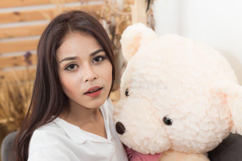 Милая девушка и taddy медведь стоковые изображения rf