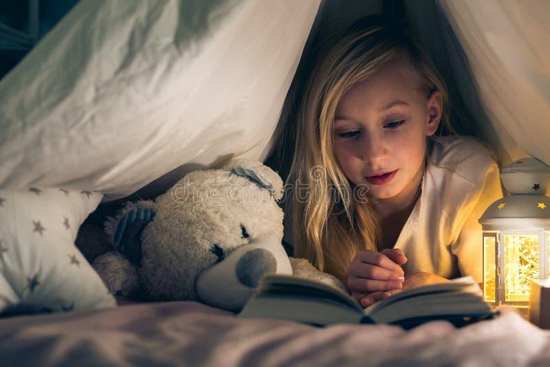 Милая девушка лежа в шатре стоковые фотографии rf