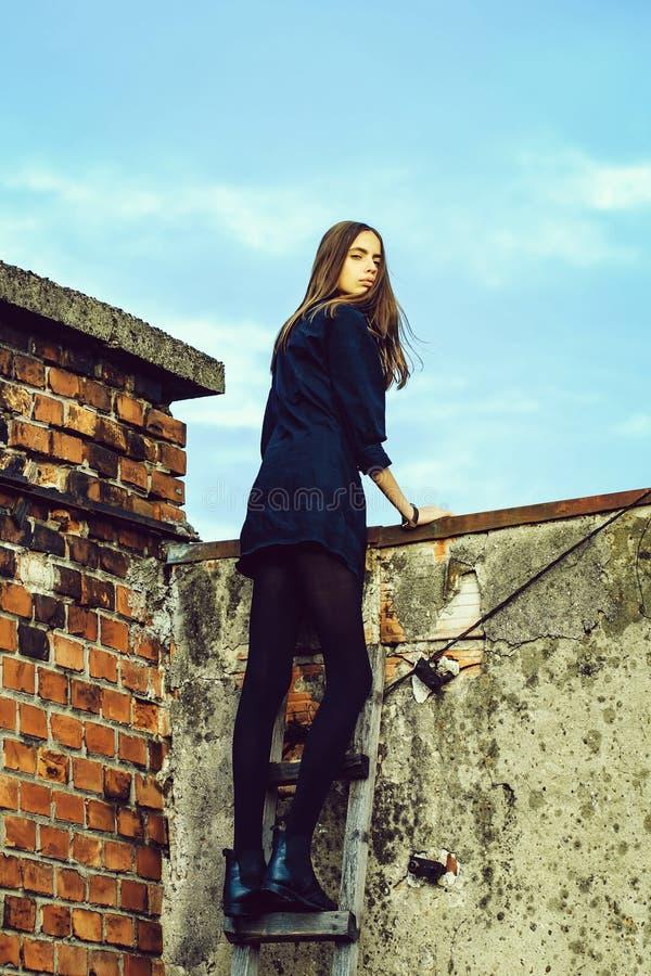 Милая девушка на деревянной лестнице стоковое изображение rf