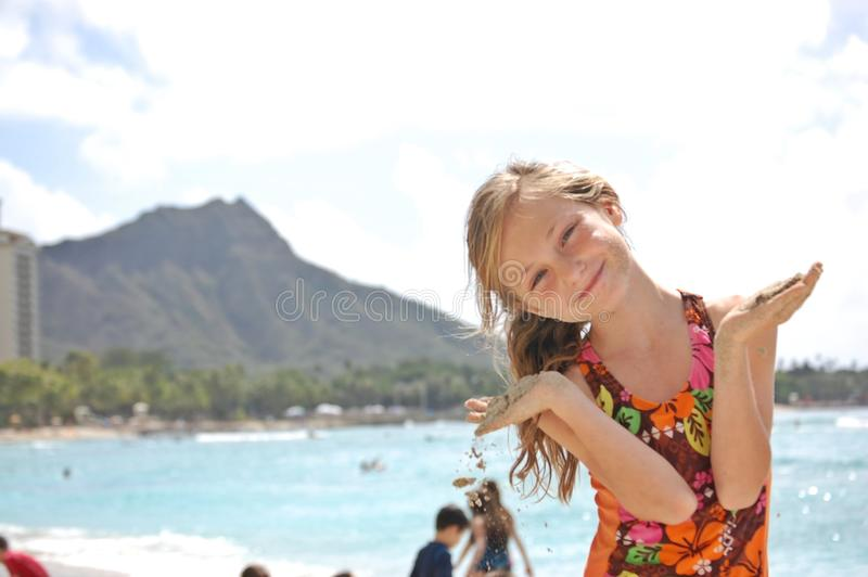 Милая девушка на пляже Waikiki стоковая фотография rf