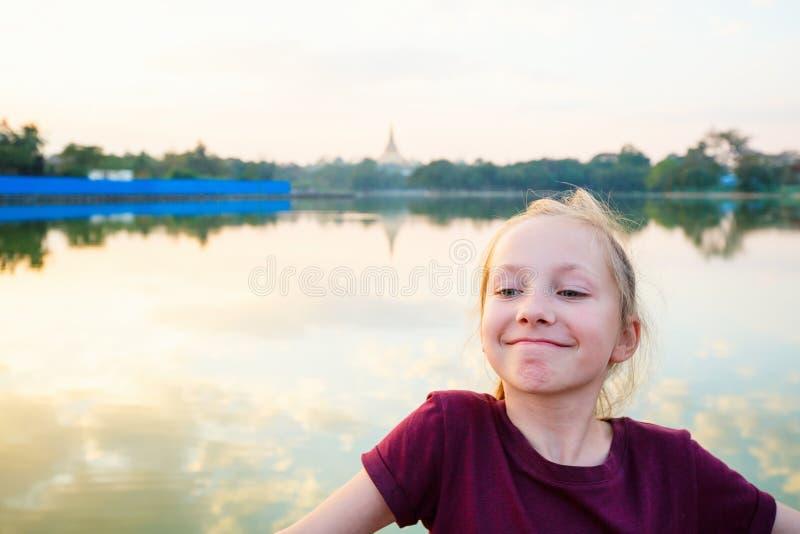 Милая девушка на улице стоковое фото