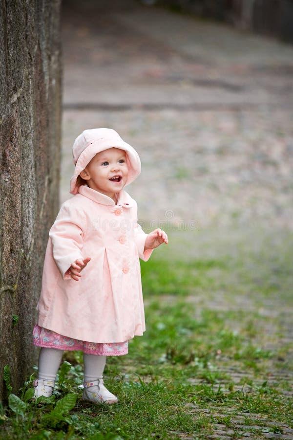 милая девушка около старой малой стоящей стены стоковое фото rf