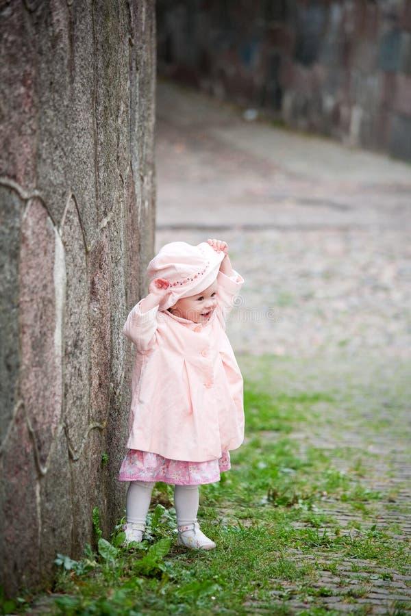 милая девушка около старой малой стоящей стены стоковое изображение rf