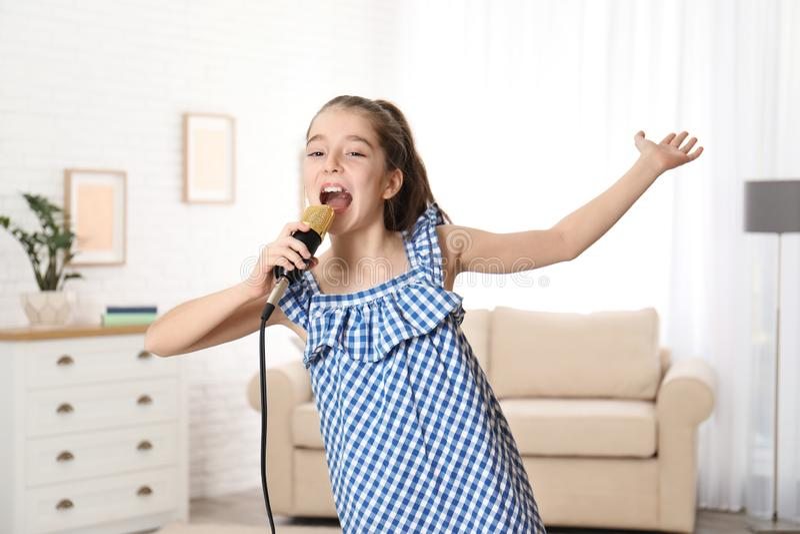 Милая девушка поя в микрофоне стоковые изображения rf