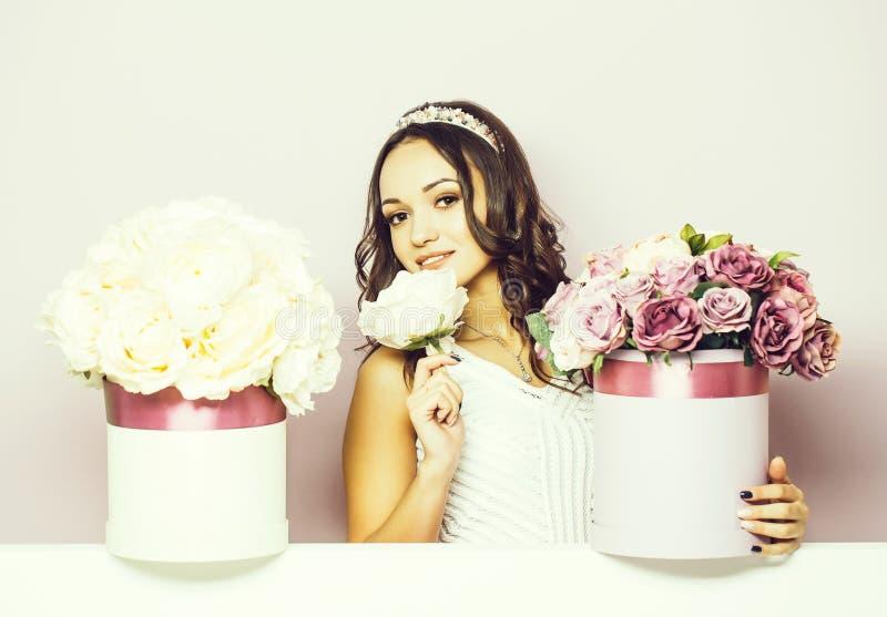 Милая девушка с коробками цветка стоковое фото rf