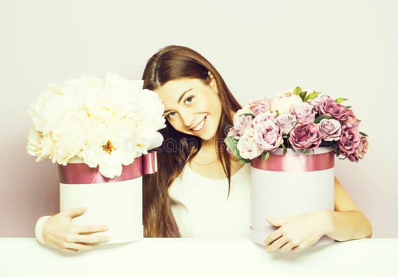 Милая девушка с коробками цветка стоковые изображения