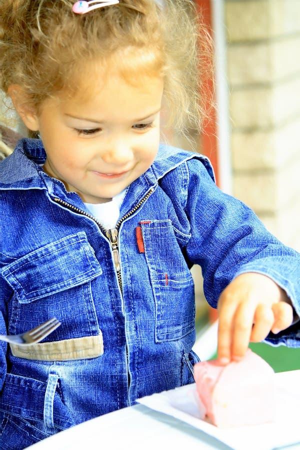 Милая девушка с печеньем стоковые изображения rf