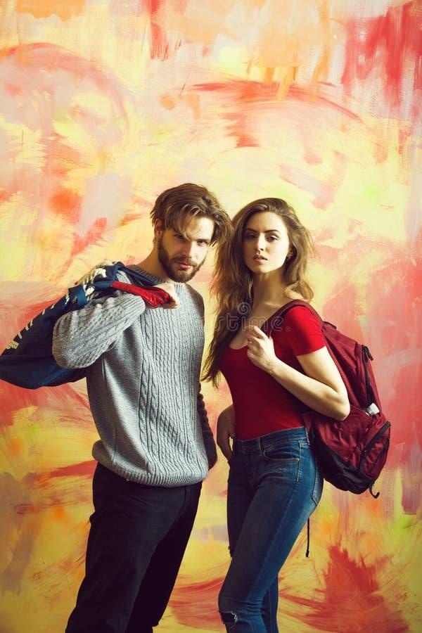 Милая девушка с рюкзаком и бородатым человеком с сумкой стоковое фото