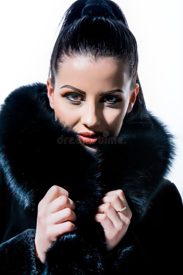 Милая девушка с черным мехом стоковая фотография rf