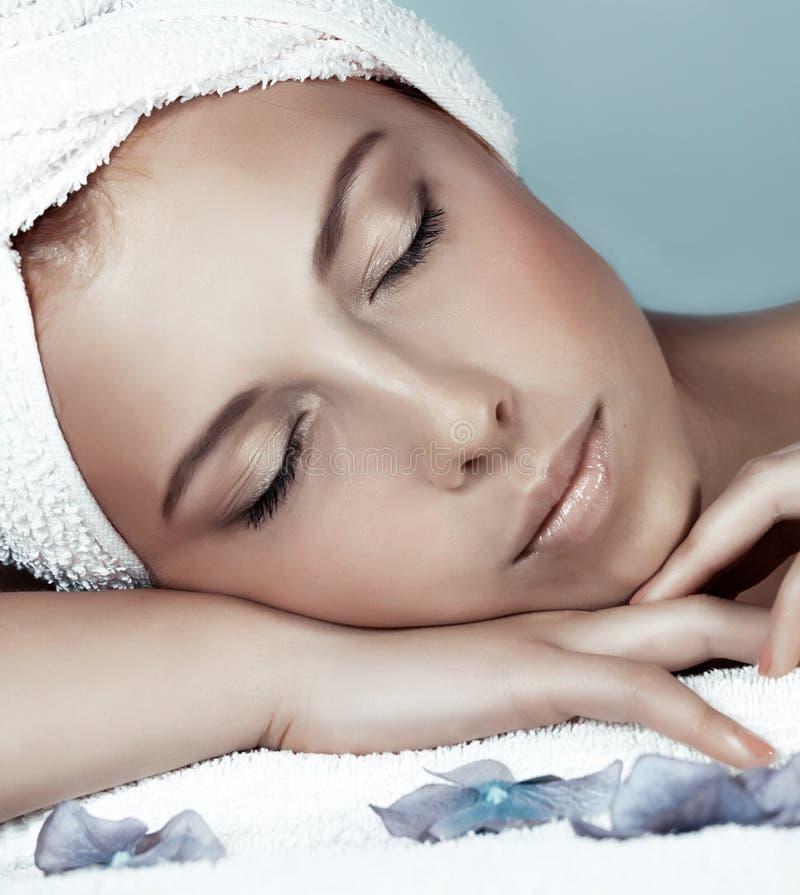 Милая женщина во спа стоковые фото