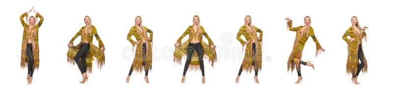 Милая женщина в длинной желтой куртке изолированной на белизне стоковые изображения rf