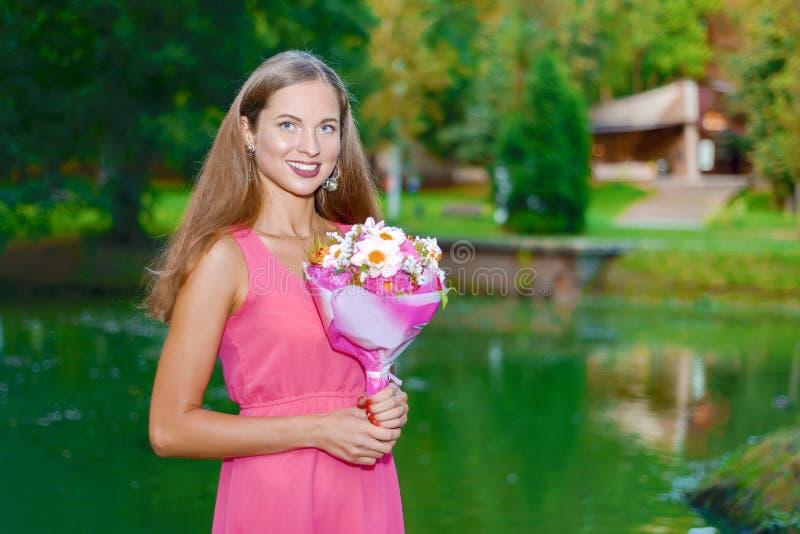 Милая женщина в зеленом парке с озером стоковая фотография rf