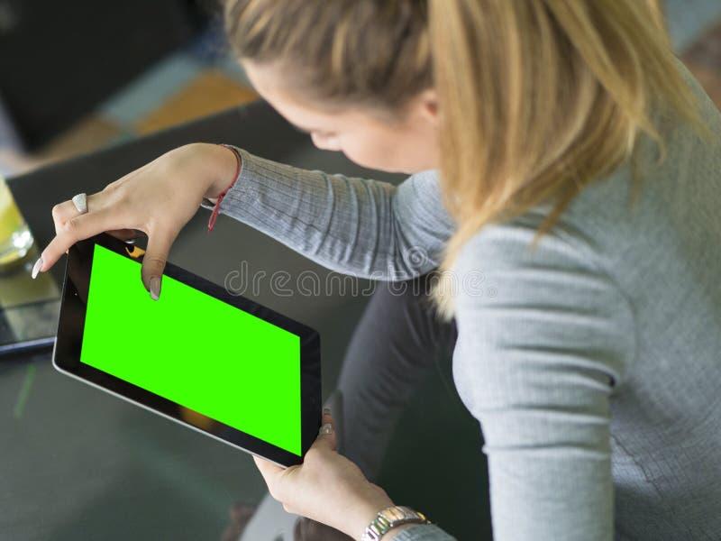 Милая женщина используя таблетку на кафе Насмешка вверх стоковые изображения