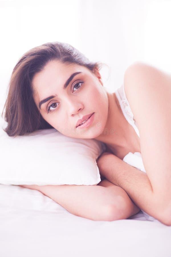 Милая женщина лежа вниз на ее кровати дома стоковое изображение rf