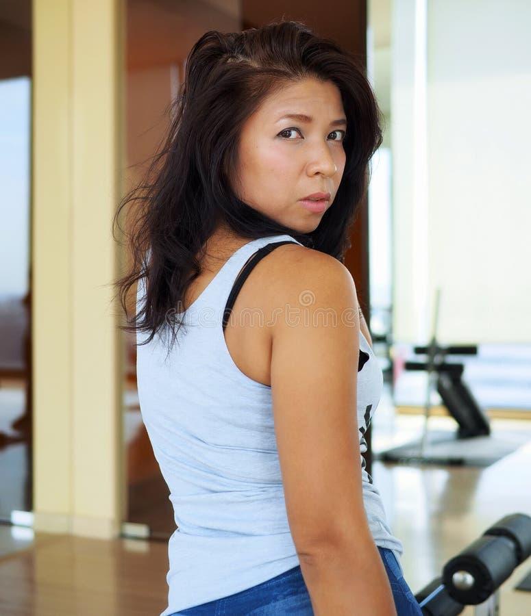Милая женщина на спортзале стоковые изображения