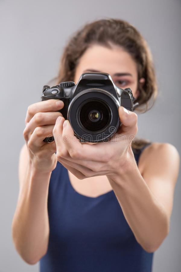 Милая женщина профессиональный фотограф с камерой стоковая фотография
