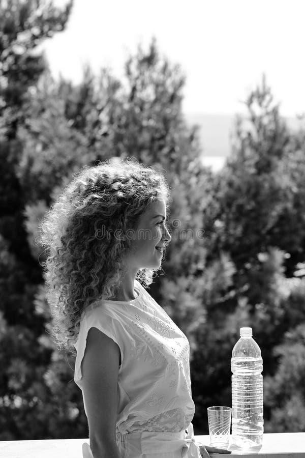 Милая женщина с бутылкой с водой стоковое изображение rf