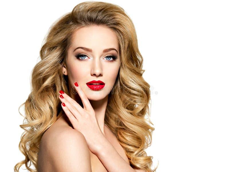 Милая женщина с длинными волосами и красными ногтями стоковые изображения rf