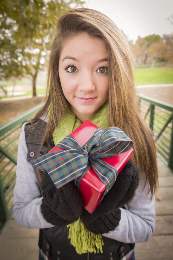 Милая женщина с обернутым подарком с смычком снаружи стоковая фотография