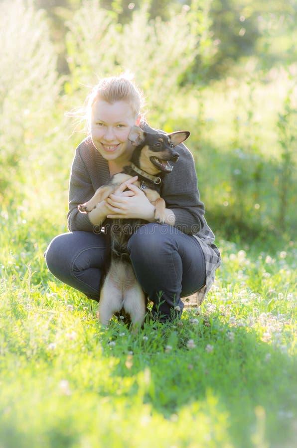 Милая женщина с черной малой собакой стоковое фото