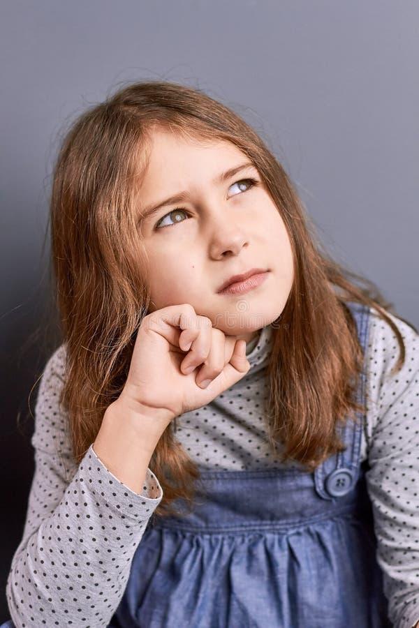 Милая задумчивая маленькая девочка, портрет стоковые фото