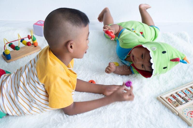 Милая игра 2 брат в комнате стоковая фотография
